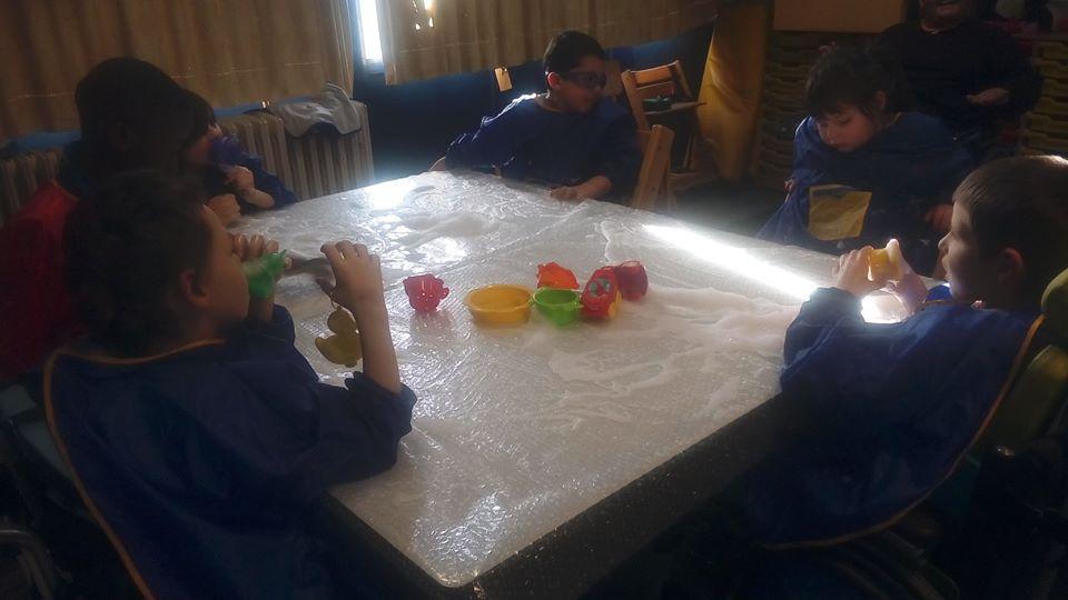Sneeuw- en schuimpret in de gele klas