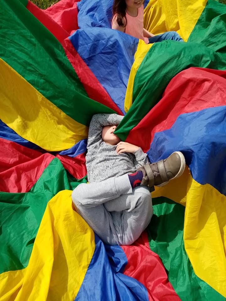 Parachute in de gele klas