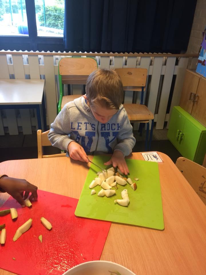 Koken: Fruitsla maken in de lichtgroene klas